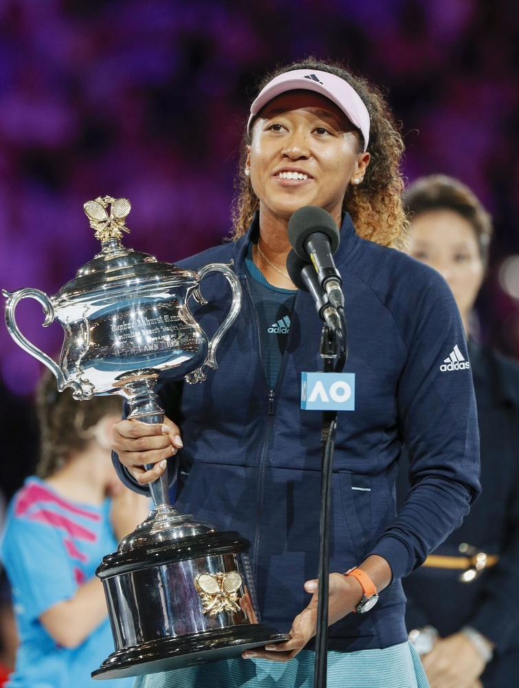 テニスの全豪オープン女子シングルスでペトラ・クビトバを破って優勝し、トロフィーを手に笑顔の大坂なおみ=26日、メルボルン(共同)