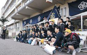 校舎の前で記念撮影する卒業生=菊川町小