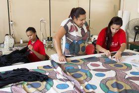 女性刑務所の作業場では、受刑者が指導を受けながら、裁断や縫製を分業して「リベルチース」を作り上げていく=ブラジル・ベロオリゾンテ