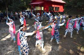 棒踊りを披露する鹿児島大学の学生と地元住民=垂水市田神の大羽重神社