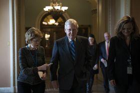 米上院の議場を後にする共和党のマコネル院内総務=21日、ワシントン(ゲッティ=共同)