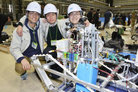 第2回「廃炉創造ロボコン」で最優秀賞を獲得した奈良高専のチームリーダー安川昂佑さん(中央)ら生徒=16日午後、福島県楢葉町