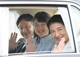 天皇、皇后両陛下にあいさつするため、皇居に入られる皇太子ご夫妻と愛子さま=21日午後、皇居・半蔵門(代表撮影)