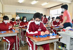 医療従事者らへの感謝を込め、折り鶴を制作する生徒ら