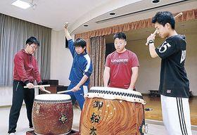 前夜祭に向けて太鼓練習に励む生徒=能登町小木地区活性化センター
