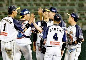 ハイタッチして勝利を喜ぶ福井ナイン。投打が安定し首位をひた走る=5月18日、福井県営球場
