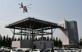 県立胆沢病院に整備した高架式ヘリポートに着陸するドクターヘリ