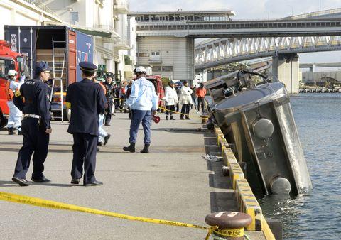 海中に転落したタンクローリー=13日午後、神戸市
