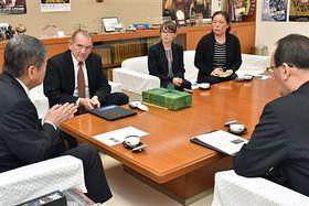 小林市長(左)と歓談するTISのウッズ学長(左から2人目)
