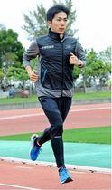ロンドンマラソンへの調整に汗を流す濱崎達規選手=16日、南風原町の黄金森陸上競技場