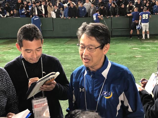 試合後、記者に囲まれる関学大の小野ディレクター=東京ドーム