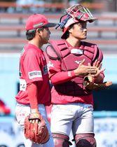 九回滋賀1死満塁、同点打を浴び立ち尽くす信濃の保田(左)と捕手松井