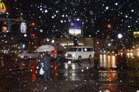 むつ市内は時折ふぶき、冬の到来を感じさせた=14日午後5時半ごろ、同市中央2丁目