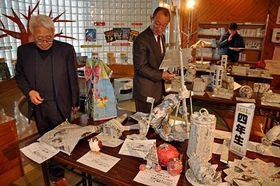 市浦小児童の新聞アート作品を並んだ展示会