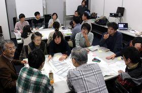 「ワークショップ」の在り方について意見を出し合う市民集会の参加者=長崎市立図書館