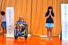 俳句ボクシングで自作の句を発表する参加者=25日、与那原町コミュニティーセンター