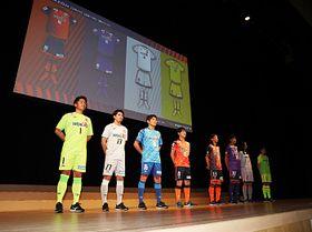 AC長野新体制発表会で、新ユニホームを披露する選手たち