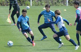 練習でボールを追う湘南の選手たち=馬入ふれあい公園
