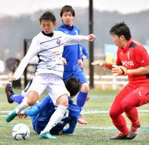 富士クラブ2003-大宮クラブ 後半2分、富士クラブ2003の緒方悠太(左)がゴールを決め、2-1と勝ち越す=盛岡市・つなぎ多目的運動場