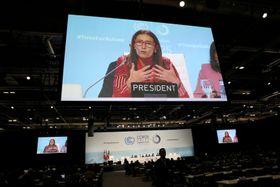 延長された会議で話をする議長を務めるチリのシュミット環境相=15日、マドリード(ロイター=共同)
