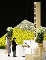 全国戦没者追悼式でお言葉を述べられる天皇陛下と皇后さま=15日午後、東京・日本武道館