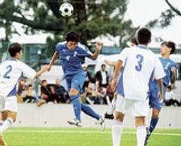 清水東―富士 前半、清水東の原(左から2人目)が同点ゴールを決める=TOKAIブルーオーシャンフィールド