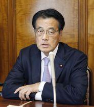 総会後に記者団に説明する岡田克也氏=10日午後、国会