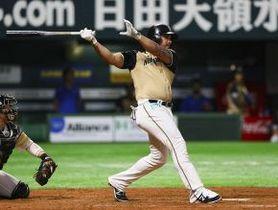 五回、同点本塁打を放つアルシア=11日、福岡ヤフオク!ドーム