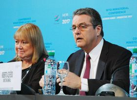10日、記者会見するWTOのアゼベド事務局長(右)=アルゼンチン・ブエノスアイレス(共同)