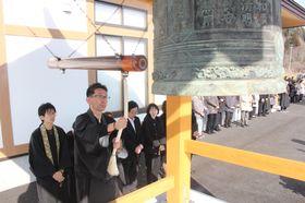 再建した鐘楼で「勿忘の鐘」を突く佐々木さん