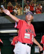 ホーム最終戦後、ファンや選手に感謝の言葉を述べた駒田監督。人気者らしく高知での4年間を華やかに終えた(10日夜、高知球場=久保俊典撮影)