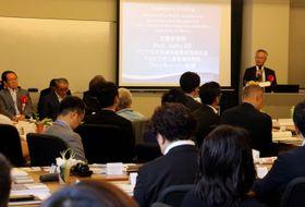 開講式であいさつするマカオ大のジャッキー・ソー教授(右奥)=佐世保市、長崎国際大