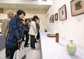 お気に入りの作品を探す来場者=金沢市の香林坊大和