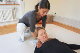 施術するカテリーナ・ブレーシ=クリソチョウさん。中国医学の学校でも教鞭を取っている=岩澤里美撮影