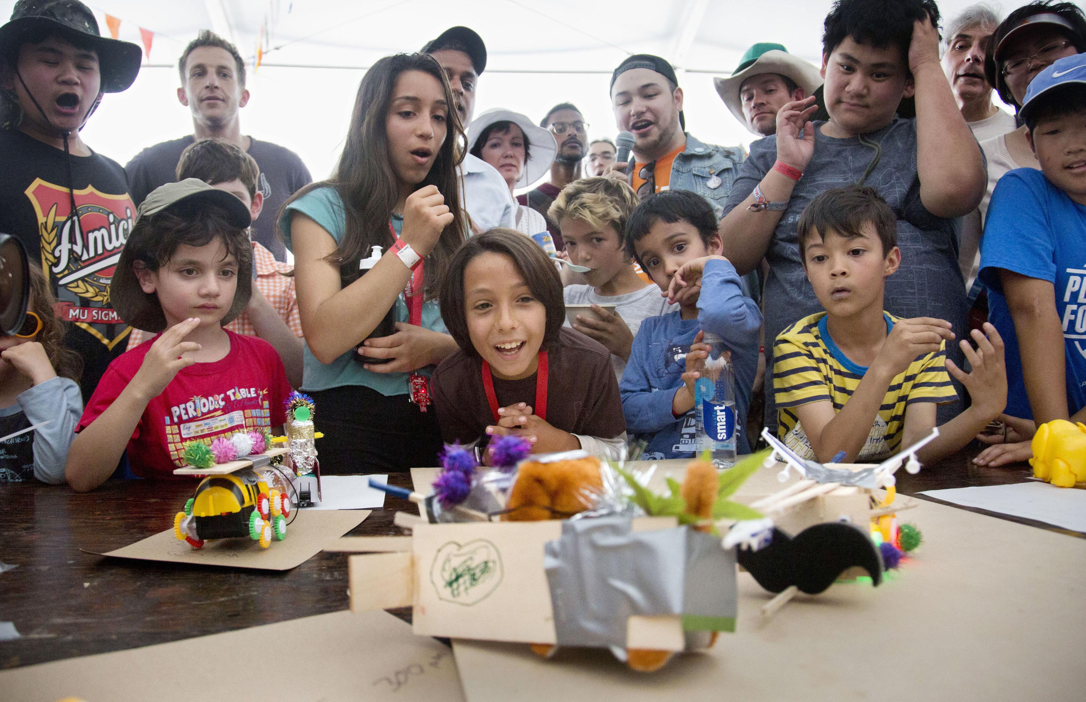 ヘボコンの試合に盛り上がる子どもたち。自分の作品が活躍できるか、表情は真剣そのもの=米カリフォルニア州サンマテオ(撮影・高橋邦典、共同)