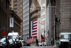 ニューヨーク証券取引所の前を通る男性=3日(ロイター=共同)