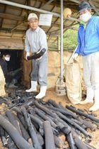 窯から炭を取り出す住民ら(宿毛市沖の島町母島)