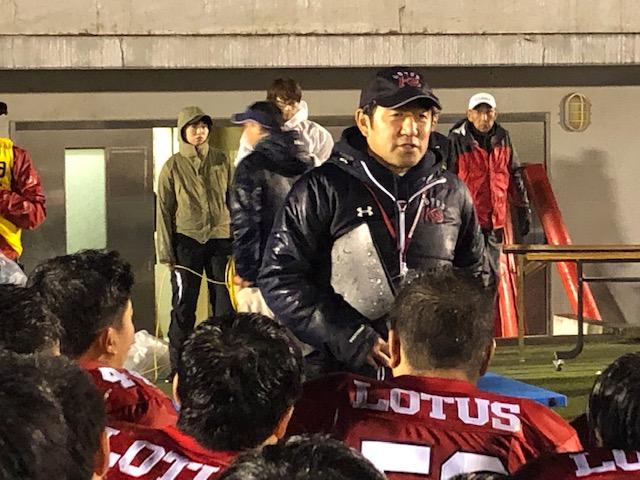 「クリスマスボウル」出場を決め選手、スタッフに話しかける佼成学園の小林孝至監督=11月23日・駒沢第二球技場