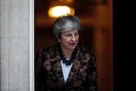 ニュージーランドのアーダン首相をロンドンの英首相官邸で待つメイ首相=21日(ゲッティ=共同)