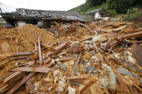 土砂崩れで家屋が押しつぶされた現場=10日午後3時38分、熊本県芦北町