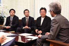 桜田市長(右)に全国大会の開催決定を報告する鈴木副会長(右から2人目)ら