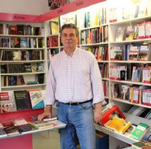 書店オーナーのハラルド・ヘルウェルス氏。店内は一般の書店と変わりない=シュピッツナーゲル典子撮影