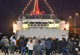 多くの人に見送られ高松港を出港する宇高航路の最終便=高松市サンポート
