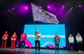 冬季ユース五輪の閉会式で五輪旗を振るIOCのバッハ会長=22日、ローザンヌ(OIS提供・共同)