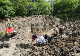 ロシアのアルセニエフ市郊外で行われた遺骨収集事業=2015年7月