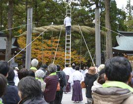 参拝者らも参加し、掛け替えられた大神神社の大しめ縄=8日、奈良県桜井市