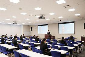 新型コロナウイルス対策のため、座席間隔を空けて開催した愛知銀行の説明会