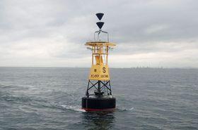 「フェリーふくおか2」が接触した灯浮標=2017年9月(神戸海上保安部提供)