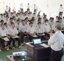 参加企業の説明を聞く生徒ら=阿久根市の鶴翔高校