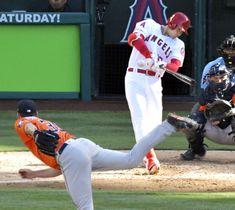 アストロズ戦の4回、右翼に二塁打を放つエンゼルス・大谷。投手バーランダー=アナハイム(共同)